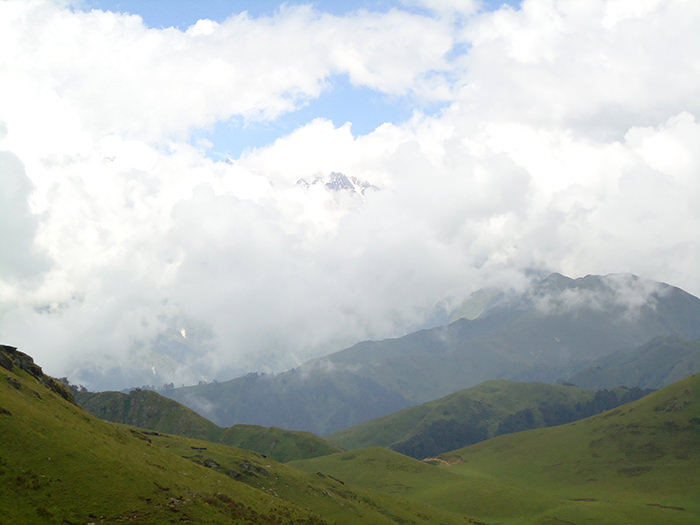 An alluring view of Banderpoonch Peak wrapped up in a blanket of clouds.